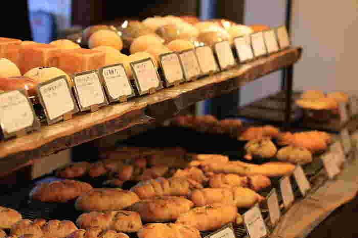 和の素材を使った惣菜パンやお菓子パンもずらり!手のひらサイズでお手頃な価格帯なので、いろいろ試せちゃいます♪