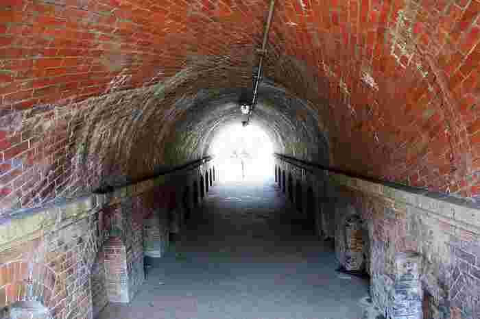 「ねじりまんぼ」も「インクライン」も、明治初期の琵琶湖疏水事業に関連した文化遺産。 独特の名前は、レンガの積み方に由来しています。通常レンガは平積みしますが、このトンネルは、捻る様に斜めに積み上げ、強度を上げています。このトンネルの上に通っているのが、「インクライン」です。