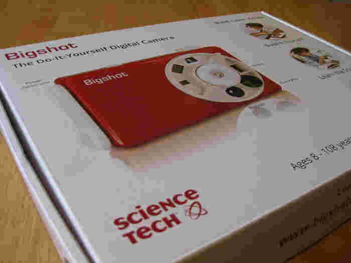 ポップな赤がキュートなBigshotは開けてびっくり、まさかのDIYトイカメラです。完成までの組み立て作業も楽しめるんです。