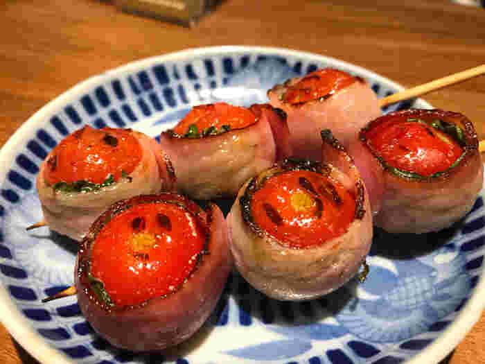 プチトマトをていねいに豚バラ肉で巻いてこんがり焼かれています。中から熱々のトマトの汁が出てくるので要注意ですが、トマトと豚肉の旨味は相性が抜群でとても美味しいです。