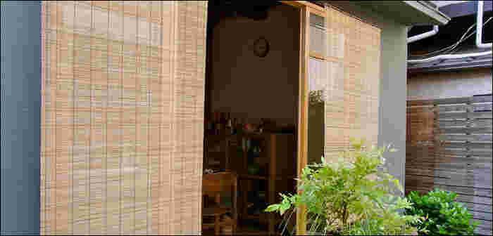 すだれを使うとカーテンのようにはためくことなく日光を遮りつつ、涼やかな風を室内に送り込むことができます。