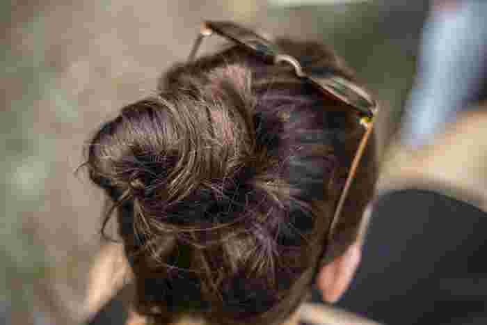 パリジェンヌといえば、無造作にまとめたアップスタイルが人気ですよね。そのままでは、パリジェンヌのようなまとめ髪はなかなかできませんが、あらかじめワックスをもみこんでおいたり、ゆるく巻いておくとキレイにできますよ。