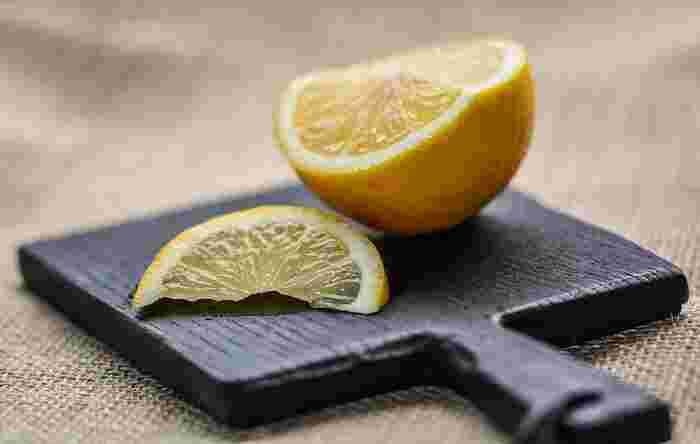 目に見えない臭いには、クエン酸が活躍します。  耐熱容器に水と酢またはクエン酸、レモンやみかんの皮などを入れて加熱すると、酸と皮に含まれる「リモネン」が臭いを消してくれます。