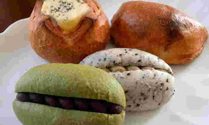 パンはもっちりとした食感が特徴で、米粉の良さが活かされています。写真手前の「抹茶米パン あんサンド」は、抹茶と餡子が米粉の生地にベストマッチ!「お米パン 黒豆きなこクリームサンド」はクリームの甘さと香ばしさがたまりません。米粉パンは和の食材に合うようですね。