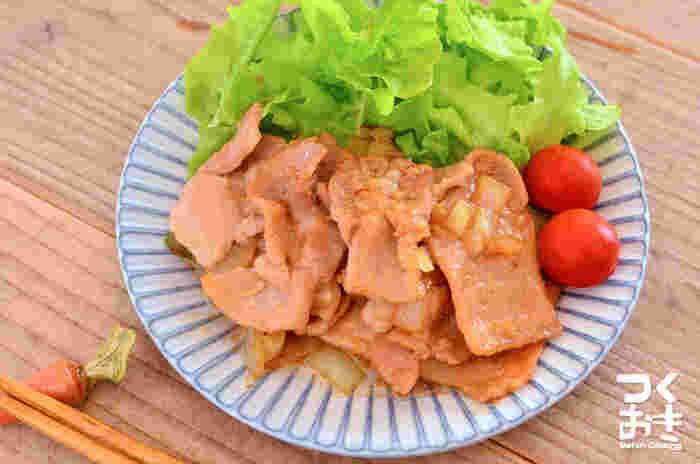 たんぱく質をしっかり摂れる定番おかずの豚肉のしょうが焼き。たれに漬けておけば、食べたいときに焼くだけなのでとっても便利!ジューシーで食欲をそそります♪