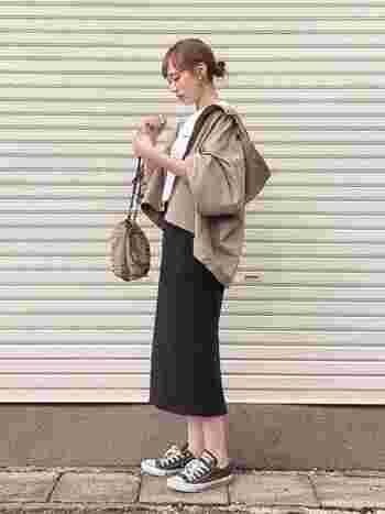 薄手のマンパも秋口のアウターにはぴったり。ゆるめシルエットのマンパに、ペンシルスカートのバランスも◎。白のTシャツなら、重くならず程よくさわやかです。