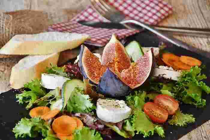 お野菜のかたちをのものを活かして、美しく食べやすくカットしてあげると、それだけで目を惹く素敵なサラダに仕上がります。こちらのサラダではいちじくを大胆にカットして、ぎゅっとつまった果肉を見せています。四角いプレートは一枚あると、おもてなし感が高まります。