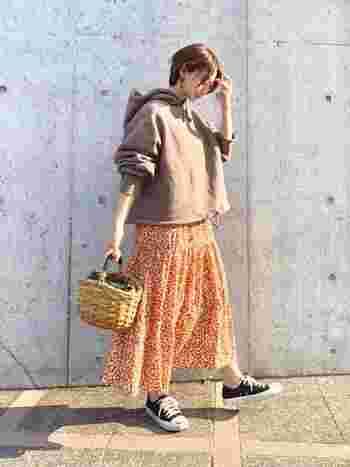 ブラウンのゆるっとしたパーカーに綺麗色のスカートを合わせて。ラフさの中にトレンド感も忘れずに。