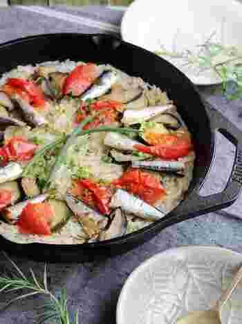 オイルサーディン缶を使って作るパエリア。ズッキーニやしいたけ、玉ねぎ、ニンニクなどの野菜のうまみとオイルサーディンの塩気を生かして作るので、味付けはシンプルに塩のみで美味しく作れて見た目も豪華♪