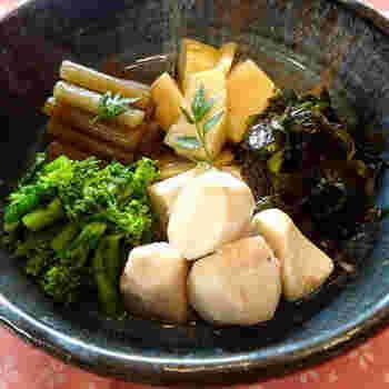 """たけのこ、ふき、菜の花、生わかめ、えびいも。作成したmusashiさんが""""春爛漫の炊き合わせ""""と名付けた通り、春の幸が大集合。白醤油ならではのあっさりした色合いがきれいです。 ※掘りたてのたけのこがあれば◎。京野菜の一つ、えびいもが手に入りにくい関東では、里いもで代用しても。"""
