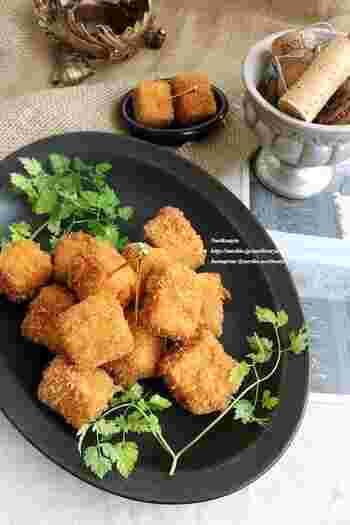 高野豆腐を使って、カレーとチーズ風味のおつまみフライに。ヘルシーなのにこってり味&サクサク食感で、お酒が進みます。