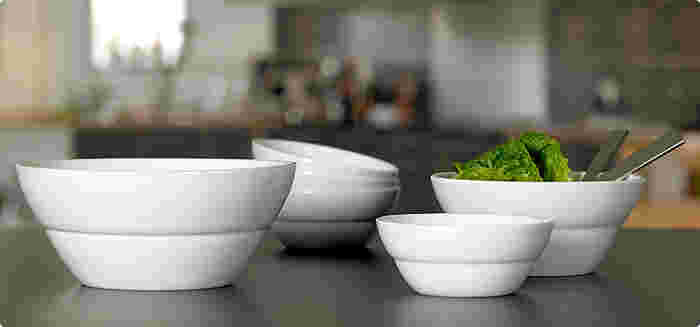 デンマークのデザイナー、エリック・バッガーが、コペンハーゲンオペラハウスのためにデザインしたシリーズ「Opera」。テーブルをまるでレストランやカフェのような洗練された雰囲気に見せてくれます。大きめのボウルで食卓の真ん中にサラダを置いたり、取り皿やスープボウルにしたりと使い道は自由。
