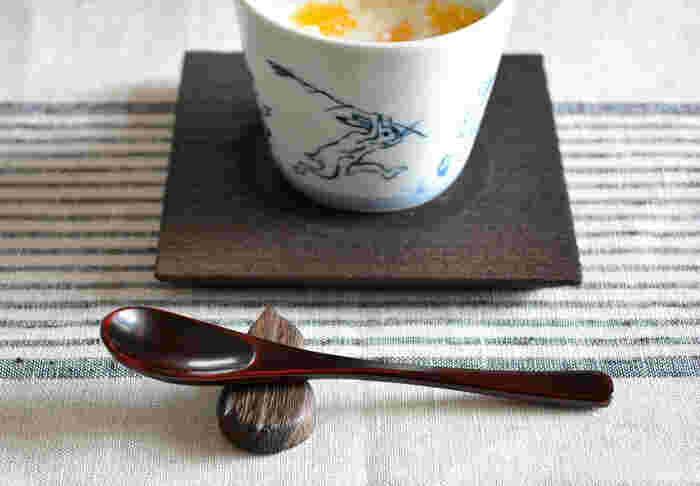 桐の天然木で作られた素朴な風合いが味わい深い、ひょうたん型の箸置きです。末広がりのひょうたんは縁起もの。おもてなしにも使えますし、贈り物にもいいですね。甘味をお出しするときのスプーンレストとしても重宝します。