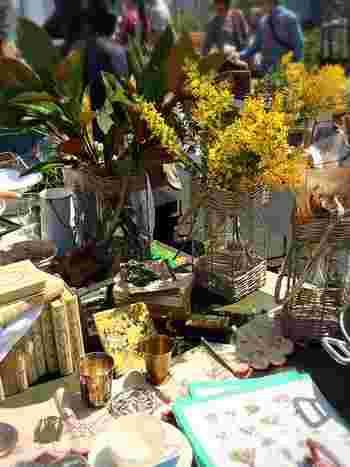 花やグリーンが映える、ちょっと珍しい花器や入れモノも探してみては?「蚤の市」には色んなモノが集まるから、肩の力を抜いて、何度か見渡して見ると、思わぬ逸品が見つかるかもしれませんよ。