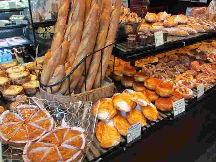 店内には、美味しそうなパンやスイーツがいっぱい!香りはもちろん見た目の美しさにうっとりしてしまいそう。天気のいい日は特に気持ちのいいカフェテラスでいただいたり、テイクアウトしていただきましょう♪