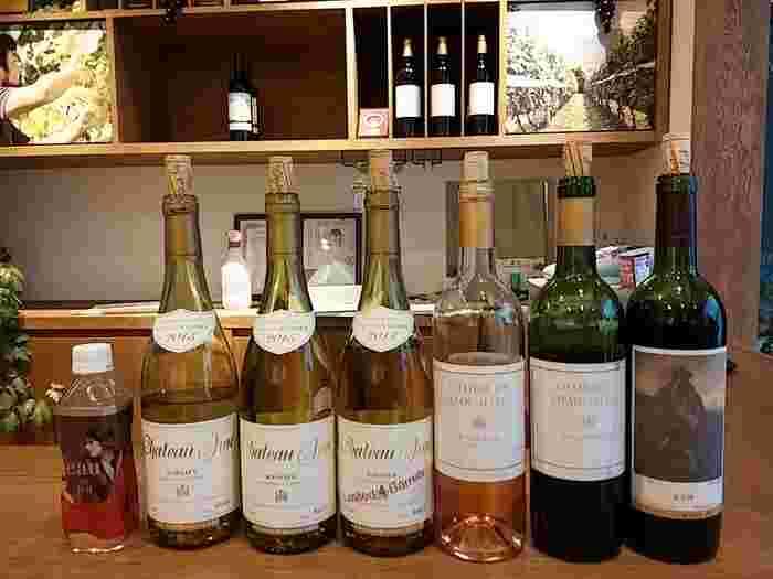 ワインスタンド(直売所)では無料試飲が可能。毎週水曜や第3土曜・日曜は定休日になりますのでご注意を。国産ワインのコンクール「Japan Wine Competiton」で11年間連続受賞するなど、そのワインの味は保証済みです。