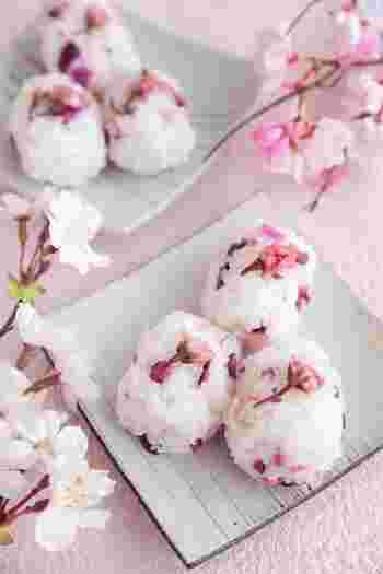 春のお弁当にぴったりの桜のおにぎり。ご飯に桜の塩漬けと柴漬けを混ぜ込んでいます。桜の風味と柴漬けの食感が◎おいなりさんに詰めるのもおすすめです。