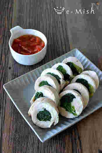 一見とても手の込んだ料理に見えますが、実は手順はとてもシンプル。軽く下茹でしたほうれん草を、鶏肉で巻いて、ラップとアルミホイルで巻いてお湯で茹でるだけ。添えているトマトソースも材料を混ぜるだけですが、上品で本格的な味。鶏胸肉の白に緑と赤が鮮やかに映えて、おもてなしでお客様にも喜んでもらえそう。