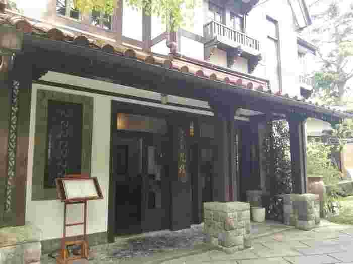 強羅駅から歩いて3~4分ほどのところにある「強羅花壇」は、数ある箱根の宿泊施設の中でもハイクラスとして知られています。旧閑院宮別邸跡地に建ち、1991年(平成3年)には世界的に有名なホテルレストラングループ「ルレ・エ・シャトー」の厳選な審査を受け加盟店となり、海外からも高い評価を得ています。