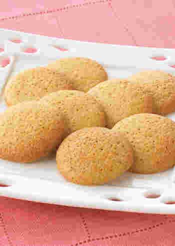 生姜にメープルシロップの風味が加わったほの甘クッキーレシピ。生姜はパウダータイプを使っています。クッキーのような焼き菓子には水分の少ないパウダータイプを使うとより扱いやすいでしょう。
