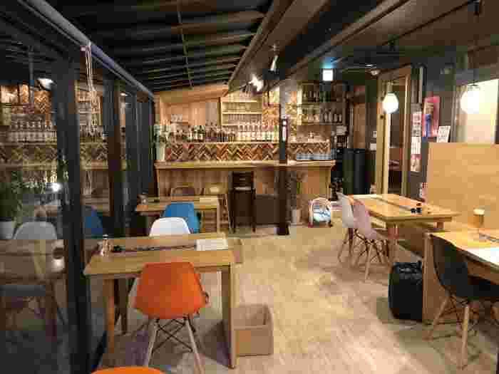 店内は、カウンター・テーブル席・半個室の掘りごたつ座敷があります。観光客はもちろん、地元民からも愛されているお店です。