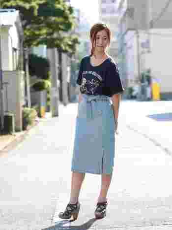 ロゴ入りTシャツやサンダルと合わせるなら、ウエストリボンのスリット入りデニムタイトスカートが好相性。大人でも使いやすいひざ下丈をチョイスして。