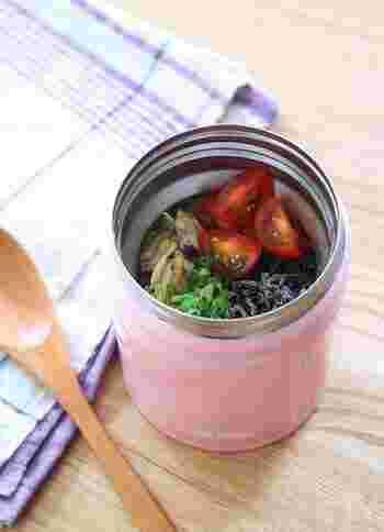火を使わずに材料を入れるだけで、冷たいお茶漬けが食べられます。あらかじめご飯のぬめりを取って冷たいお茶に入れておけば、ご飯がふやける心配なし。