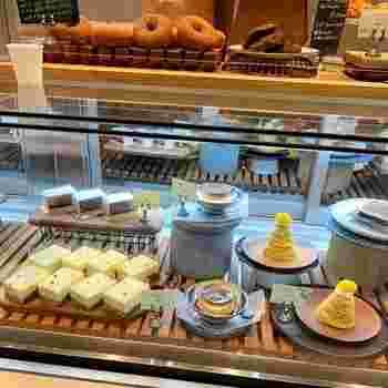 本格的ロースタリーカフェであり、さらには、このようにかわいいスイーツやドーナツもあるという・・・女性の心くすぐるカフェなんです。