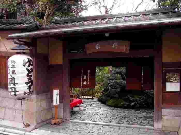 1635年(江戸時代初期)に、「奥の丹後屋」という精進料理店として創業し、現在まで続く老舗です。