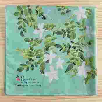 花柄のハンカチは定番でも、ジャスミン柄は個性的。柔らかなミントグリーンが背景の水彩画プリントのジャスミンは、まるで香り立つよう。