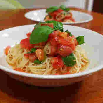 スパゲティサラダにトマトを使うだけで、見た目も華やかな一品が完成します。 おしゃれ度を高めたいなら、バジルなど緑の食材を組み合わせるのが◎。自宅にフルーツトマトがなくても、砂糖を加えれば甘みがアップします。自分用としてはもちろん、おもてなしレシピとしてもおすすめです。