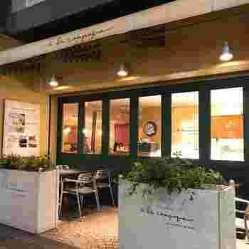 1991年、神戸で生まれたタルトのお店ア・ラ・カンパーニュ。タルト専門店の中では、店舗数全国一を誇ります。2001年に関東に初出店。パティスリーとカフェの2つのスタイルで展開中です。こちらの写真は、池袋店。