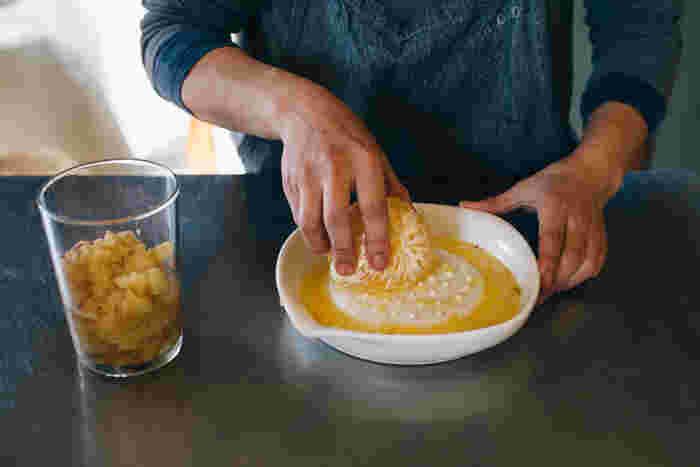 あらゆる食材を荒おろしできるおろし器。果物はジューシーに、卵や茹で鳥はほろほろにおろせるからサラダの具材やドレッシング作りに新食感を運んでくれそう。