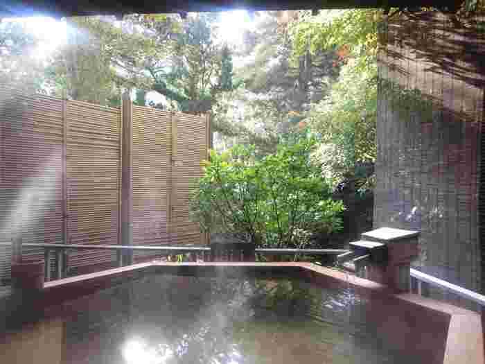 菊屋で入れる湯は、大浴場や露天風呂、夢想風呂など色々な種類があります。これらの湯で、質に定評のある修善寺温泉を心行くまで堪能できます。湯のすぐ近くに流れる桂川の音を聴きながら、時間を忘れるほどリラックスするのが菊屋の湯の醍醐味といえるでしょう。