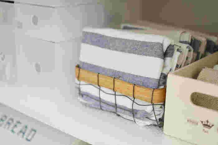 カゴに入れて収納するときは、手前のものから使うということをルール化しておくと順番を崩すことなく、均一に使っていくことができます。