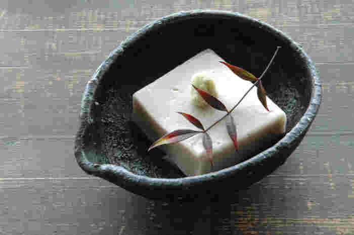 白の練りゴマ、昆布だし、そしてくず粉で作る本格的な「ごま豆腐」は、見た目も上品な仕上がりになり、おもてなしレシピとしても大活躍してくれて◎。手間はかかりますが、あらかじめ作っておけるので、覚えておくと重宝しそう。