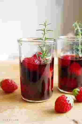 はちみつを絡めたいちごに、赤ワインを注いで、ローズマリーでくるくる混ぜて作るサングリア。ローズマリーの風味が効いて、冷やして飲むととっても美味しい。