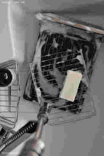 受け皿や網、扉など取り外せるものは使ったらその都度洗うようにしましょう。使用直後なら食器用洗剤で落とすことができます。汚れがひどい場合は重曹で漬け置き洗いをしていきましょう。
