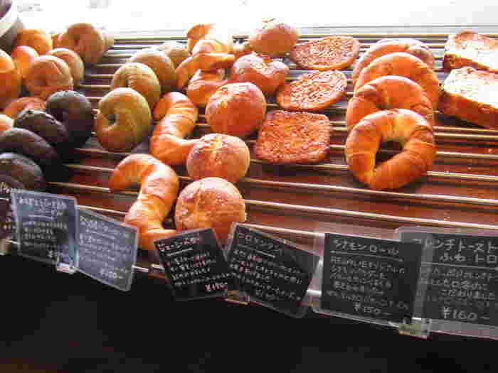 シナモンの風味とバターの香りの良さが広がるシナモンロール、ジュワーッと程よい甘みが広がるふわふわフレンチトースト、蜜が巻き込んでありサクサク感としっとり感が合わさったシュクレブールなど。そのおいしさがひと際感じられるシンプルなパンが人気です。