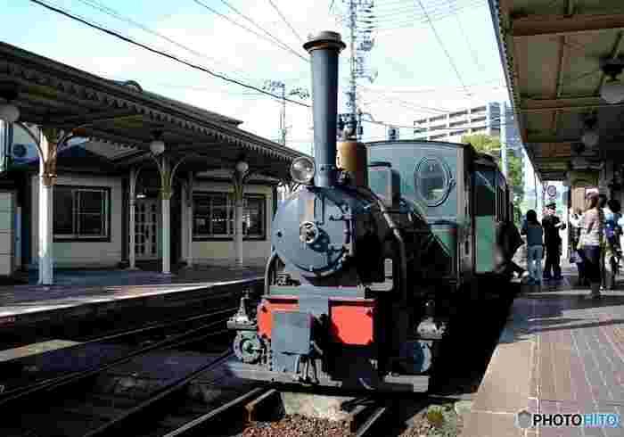 夏目漱石が松山に赴任していた1895(明治28)年頃に、松山を走っていた列車を再現した「坊っちゃん列車」。松山市内の観光スポットをめぐる伊予鉄道の路面電車です。レトロ感溢れる坊ちゃん列車、旅の記念に乗るのもいいですね。