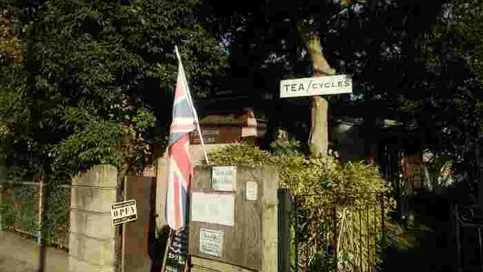 鎌倉駅より小町通りを外れ、線路沿いを北鎌倉方面に歩いていくと見えてくるのがユニオンジャックのイギリス国旗とおしゃれな看板。こちらは美味しいイングリッシュティーを提供してくれる「Garage Blue Bell」です。