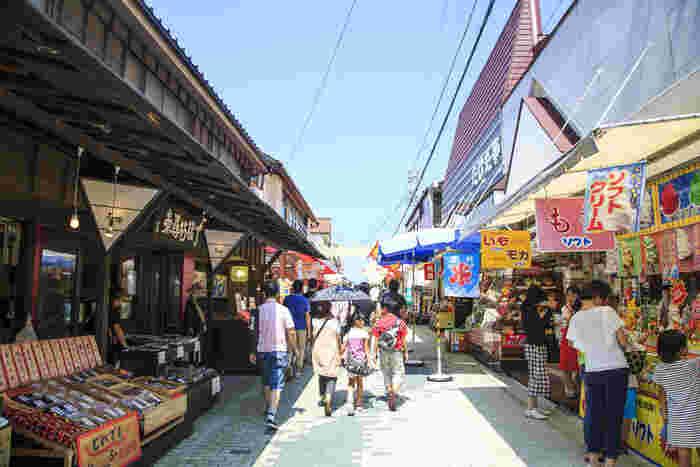 東尋坊のすぐ近くには、どこか懐かしいレトロな雰囲気の商店街があります。観光客向けの軽食や海産物なども多く、食べ歩き&お土産探しにぴったり。のんびり散策してみましょう。