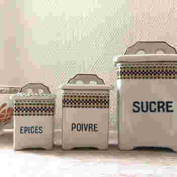 レトロな雰囲気で、カントリーなイメージの陶器製キャニスター。こちらの文字はフランス語。「SUCRE」は砂糖、「POIVRE」はこしょう、「EPICES」は香辛料の意味です。
