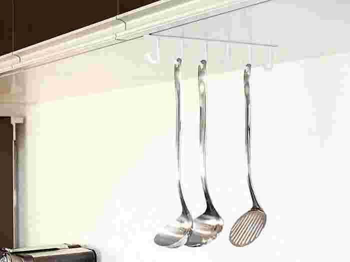 上の吊戸棚に引っ掛けるタイプの収納ツールもあるから、キッチンに合わせて考えてみよう。お玉やフライ返しもぶら下げたい。