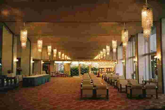 本館のロビーは老舗らしいクラシカルな雰囲気。天井からはレトロなデザインのシャンデリアがいくつも下がり、開放的な空間をやさしく照らしています。