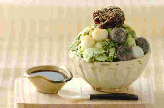 暑い夏は、冷たくて美味しいスイーツも食べたくなりますよね。ここからはかき氷やあんみつなど、夏にぴったりのスイーツレシピをご紹介します。こちらは見た目も豪華な「抹茶白玉味の台湾風かき氷」。粒あん・白玉・きなこなど、お好みのトッピングとともに夏の味を満喫できる贅沢な一品です。
