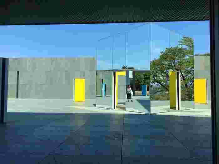テラスにはダニエル・ビュレンの鏡のオブジェが展示されており、風景を切り取り映し出しています。