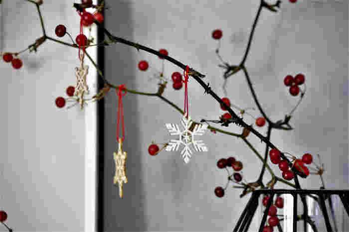 優しい雰囲気の木製のオーナメントは、作りもとても繊細で、100均とは思えないクオリティ。ちょっとしたアイデアで、お金をかけずに、クリスマスのインテリアを楽しむことが出来ます。