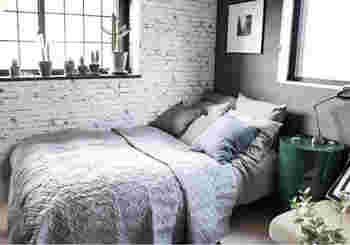 クッションカバーをグレーのグラデーションにすると、大人っぽいシックなベッドに。インテリアとして人に見せたくなるコーディネートです。