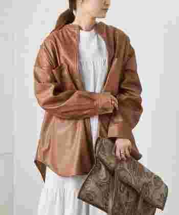エコレザー素材のジャケットも、バンドカラーならナチュラルコーデに合わせやすいです。程よくカジュアルで上品さもあるジャケットなので、いつもの着こなしに羽織るだけで雰囲気をガラリと変えてくれます。